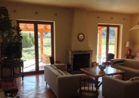Salón con chimenea y salida al porche
