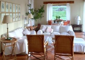 Salón con muebles en blanco
