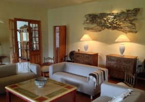 Salón con sofás en crudo
