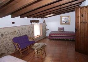 Dormitorio abuhardillado con cama supletoria