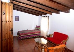 Dormitorio abuhardillado con mesita