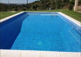 Amplias zonas exteriores con la piscina
