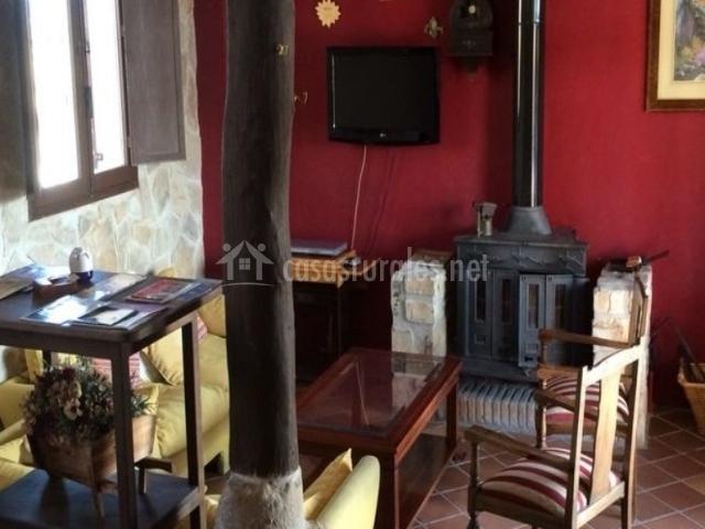 Salón con estufa de hierro y muebles