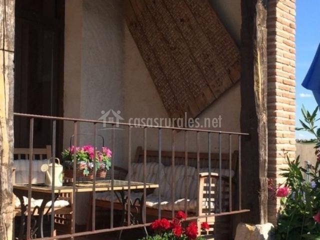 Terraza con mesa y sillones
