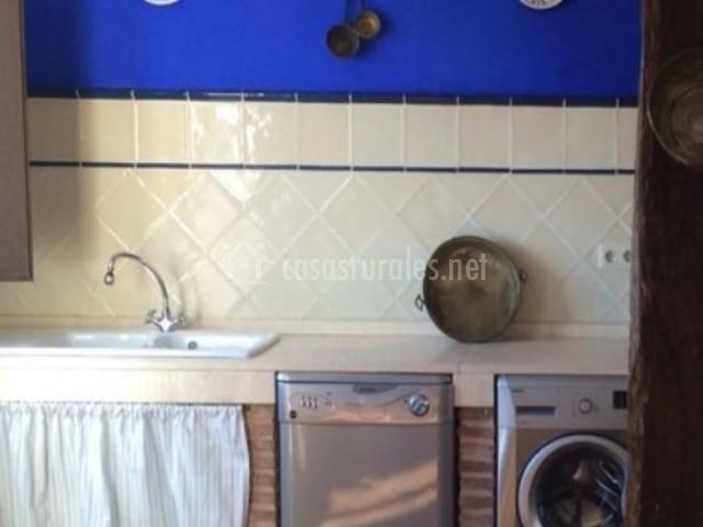 Cocina equipada con lavavajillas y lavadora