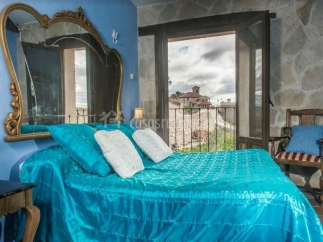 Dormitorio con colcha en color azul