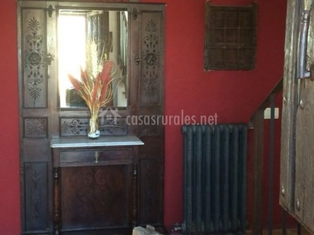 Mueble en el pasillo y escaleras
