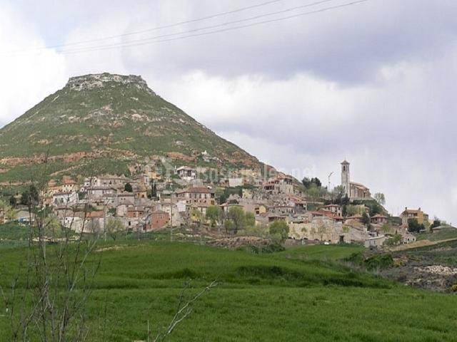 Vista del pueblo de Hita y el monte que hay a su lado
