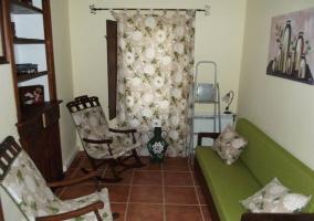 Sala de estar con sofá y mecedoras