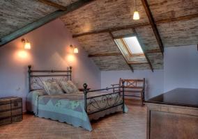 Dormitorio amplio de matrimonio con techo a dos aguas
