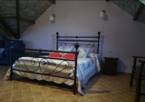 Dormitorio de matrimonio con cabeceros de forja