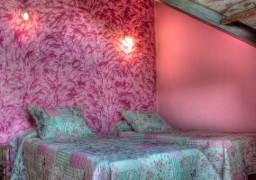 Dormitorio doble con paredes de estuco