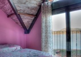 Dormitorio doble con paredes y terraza