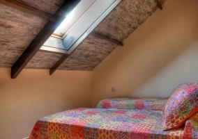 Dormitorio doble con tragaluz