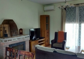 Sala de estar con chimenea y televisor de plasma