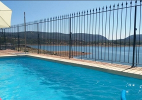 Vistas de la piscina con zona de solarium
