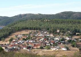Zona centro del pueblo con naturaleza alrededor