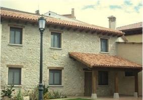 Fachada de piedra de la casa rural