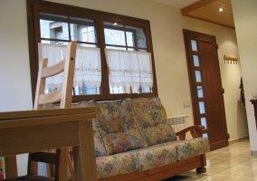 Salón con mesa y sofá