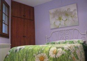 Habitación cama verde con armario