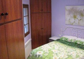 Habitación cama verde con dos armarios