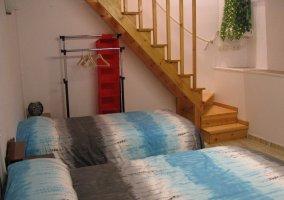 Habitación doble con escaleras
