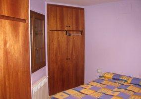 Habitación morada con armario