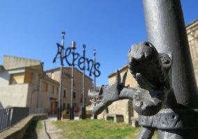 Alpens con escultura de forja